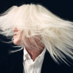 アルビノの日本人の白い長い髪の毛[キービジュアル]