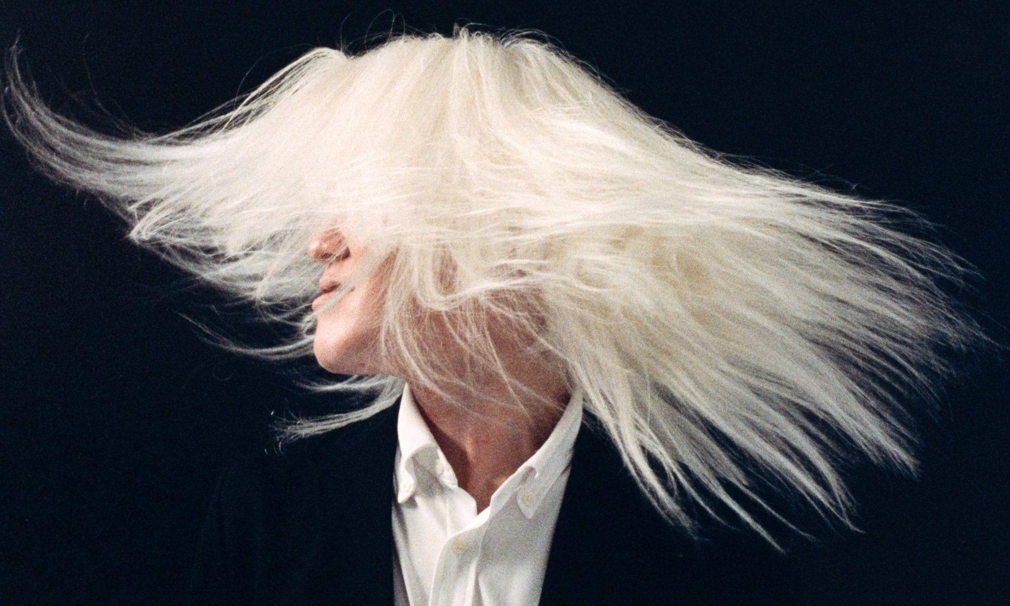 アルビノの白い長い髪