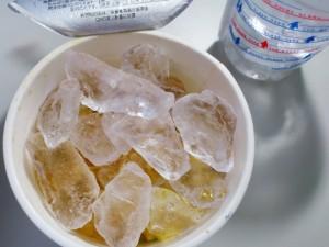 冷たいカップヌードルライト、ついに氷を入れる
