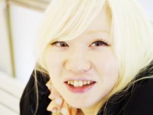 アルビノの日本人の女性