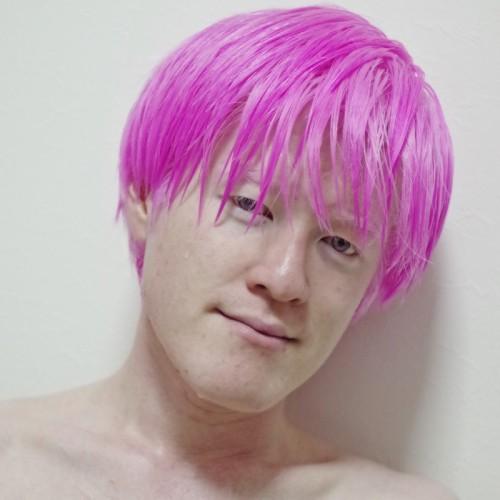 _アルビノ 髪をピンクに染める