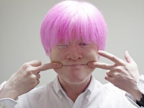 髪ピンクの寝起き