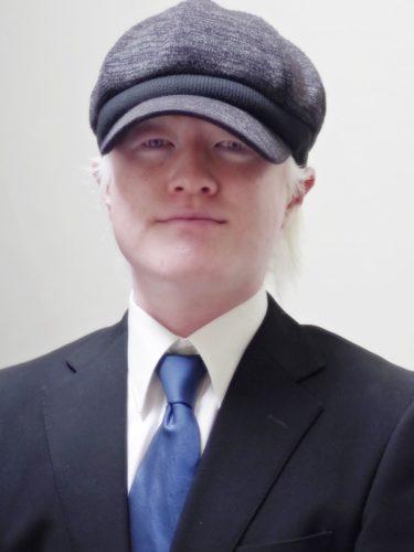アルビノはスーツでも帽子をかぶりたい