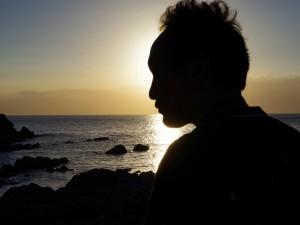 夕日と冨樫東正のシルエット