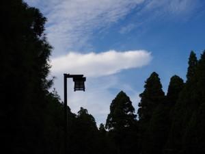 佇む街灯と、遠くの雲