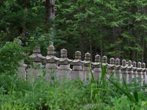 道から覗いた墓地あたり