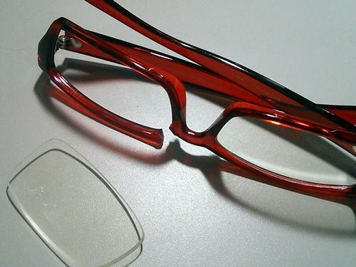 お気に入りのメガネが壊れた