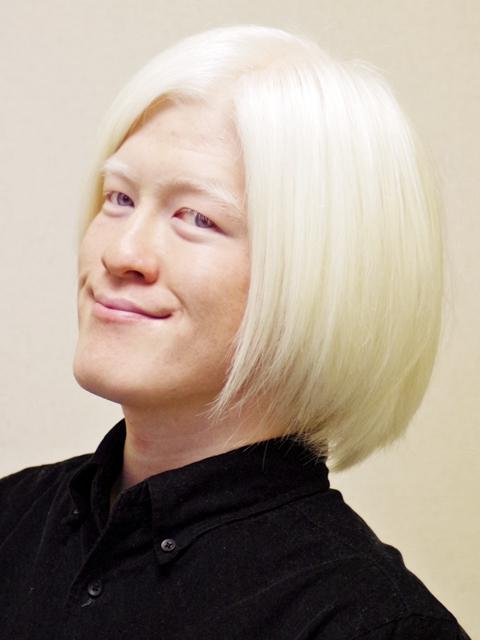 アルビノの日本人の画像 これは、2012年末に撮った写真です。 前髪はアゴより長く、後ろ髪も束.