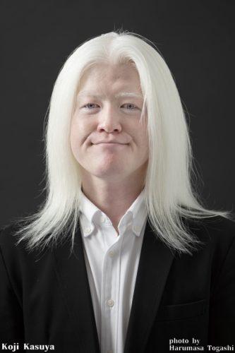 アルビノの白い長い髪は太くて固くて真っ直ぐ重たくても…