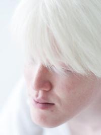アルビノの日本人モデルなら、無料写真素材の『足成』